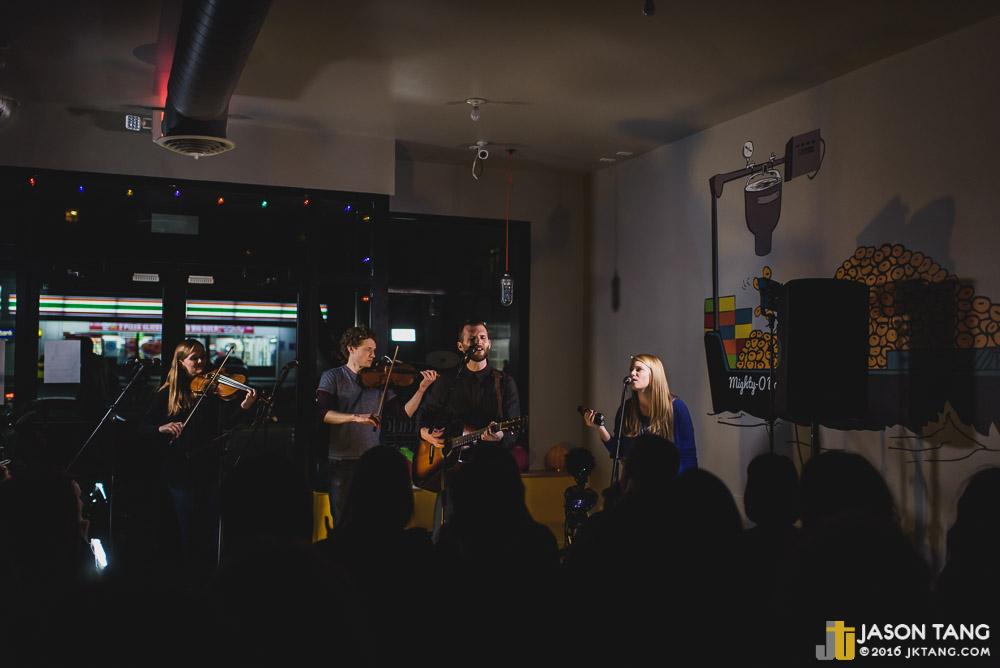 Seattle Living Room Shows Hosts Cozy Evening in Ballard SMI