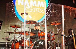 NAMM-MAIN-STAGE-ALAN-WHITE-PLAYING-with-SPENCER-DAVIS